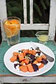 Gebratener Gemüsesalat mit Süsskartoffeln, Rote Bete, Ziegenkäse und Orangenvinaigrette