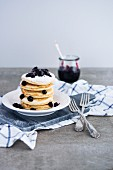 Gestapelte Pancakes mit Heidelbeeren und Puderzucker