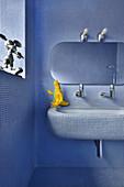 Blaue Mosaikfliesen im gesamten Badezimmer mit runden Kanten