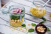 Quinoacurry mit Babyspinat, Kichererbsen und roten Zwiebeln im Glas