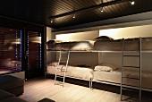 Vier aus der Wand geklappte Betten im Multifunktionsraum