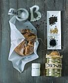 Brotlaib, Dosenbrot und Gewürze