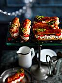 Eclairs mit Sahnecreme, frischen Erdbeeren und Pistazien