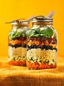 Marokkanischer Couscoussalat mit Gemüse und Rosinen im Glas