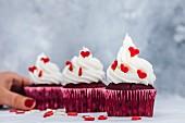 Red Velvet Cupcakes mit Buttercreme-Frosting und Zuckerherzen
