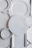 Verschiedene weisse Teller und Platten aus Porzellan