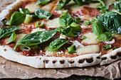 Selbstgemachte Pizza mit Tomaten, Bocconcini und Basilikum (Nahaufnahme)