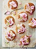 Pistazien-Rosenwasser-Cupcakes auf Backpapier