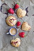 Hand Pies (Mini-Pastetchen) mit Erdbeerfüllung und Herzmotiv