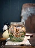 Buchweizen-Spinat-Salat mit Pilzen und veganer Mayo im Glas