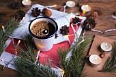 Heisser Kaffee mit Weihnachtsdekoration
