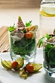 Rucolasalat mit Hühnerbrust, Feigen, Physalis und Wachteleiern im Glas