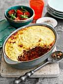 Pie mit Hackfleisch, Gemüse, Chili und Kartoffelpüreehaube