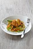 Paniertes, gebratenes Ei auf Gemüsespaghetti