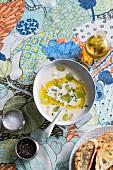 Weisses Mandel-Gazpacho mit Avocadoöl und Trauben