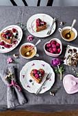 Gedeckter Tisch zum Valentinstag mit Waffeln, Beeren und Tee