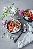 Erdbeer-Pfirsich-Ofenkompott mit Mandel-Granola, Kokosmilchjoghurt und Minze