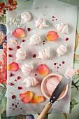 Mini-Baisers mit Rosenwassercreme und Granatapfel (Draufsicht)