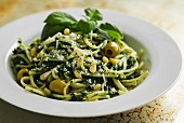 Spaghetti with spinach pesto and green olives