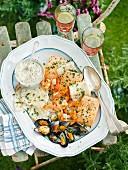Gemischte Grillplatte mit Fisch, Meeresfrüchten und Kräutermayo