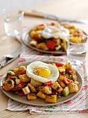 Bratkartoffeln mit Gemüse und Spiegelei zum Brunch