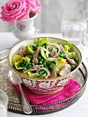 Kopfsalat mit Erbsen, Schinken und Zwiebeln