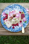 Joghurt Semifreddo mit Himbeeren und Rosenwasser