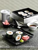 Sushi mit Räucherlachs und Gurke (Japan)