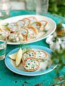 Pfannkuchenröllchen gefüllt mit Räucherfisch, Frischkäse, Gurken und Dill
