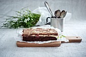 Schokoladenkuchen vom Blech mit Kirschen, Vanille- und Schokocreme (vegan)