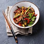Pfannengebratenes Szechuan-Rindfleisch mit Gemüse (Asien)