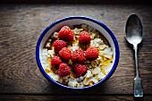 Ein Schälchen Porridge mit frischen Himbeeren