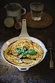 Spanisches Omelett mt Kartoffeln in der Pfanne
