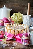 Tiramisu-Torte und Macarons