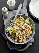 Tagliatelle with ham, artichokes and cream sauce