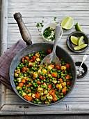 Würzige Gemüsepfanne mit Karotten und Erbsen