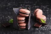Schokoladen-Macarons mit Ganache, gestapelt