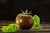 Kumato-Tomate und Basilikum