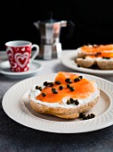 Bagel and Lox (Bagel mit Lachs), dazu Espresso