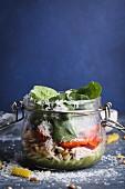 Salat mit Glas mit Fusilli, Pesto, Paprika, Spinat, Huhn und Parmesan