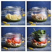 Salat mit Glas mit Fusilli, Pesto, Paprika, Spinat, Huhn und Parmesan zubereiten