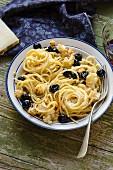 Spaghetti with roasted cauliflower and black olives