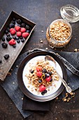 Gesundes Frühstück mit Müsli, Reisdrink und Beeren