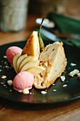 Zwei Stücke Birnenkuchen mit Eiscreme