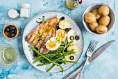 Thunfisch mit Pellkartoffeln, Spargel, Eiern und Oliven