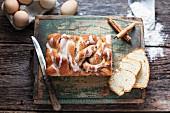 Hefe-Kastenkuchen mit Zimt und Zuckerglasur auf rustikalem Holzuntergrund