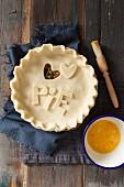 Fleischpie mit Schriftzug Pie und ausgestochenem Teigherz zubereiten