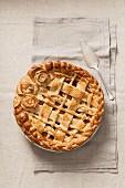Apple Pie verziert mit Teiggitter und Teigblüten (Aufsicht)
