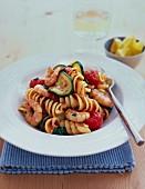 Pasta mit Garnelen, Tomaten und Zucchini