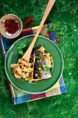Penne mit Seebarsch, Gemüse und Safransauce